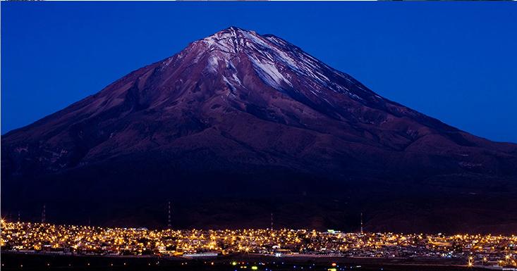 """le volcan """"El Misti"""", altitude 5800 m, et la ville d'Arequipa. Pérou."""