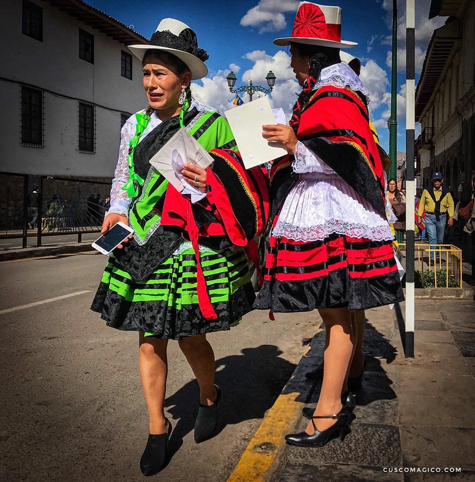 Métisses Cuzqueñas, contraste costumes traditionnels et Smartphone. Crédit photo: cuscomagico.com