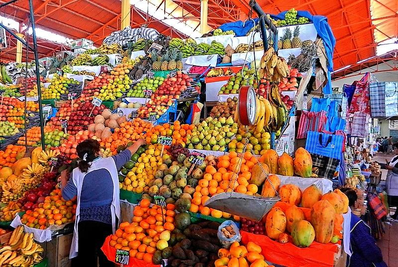 Diversité de fruits sur le marché d'Arequipa.