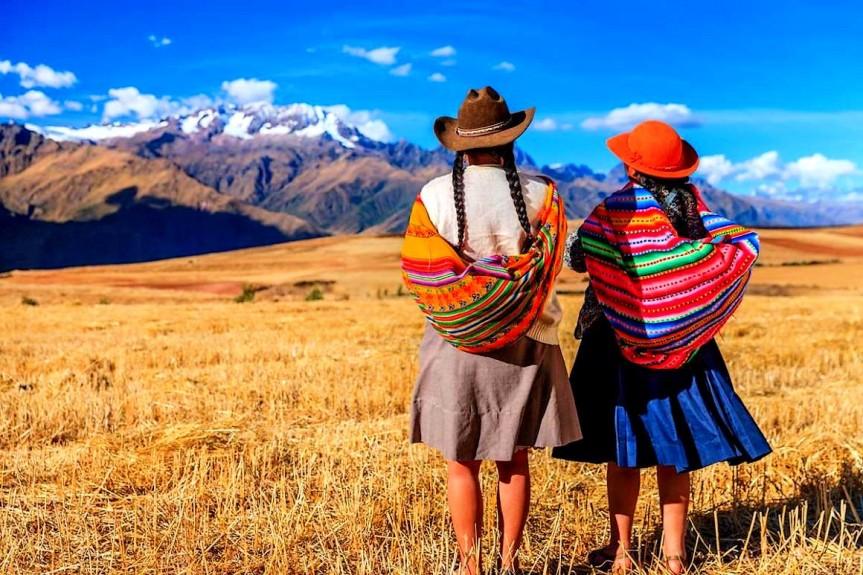 Jeunes femmes Andines dans la Pampa péruvienne.