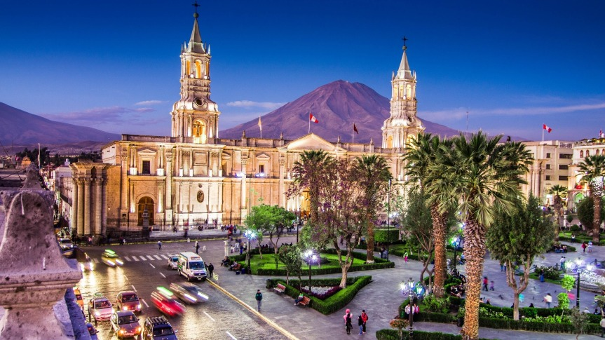 """Cathédrale d'Arequipa et le volcan """"el Misti""""."""