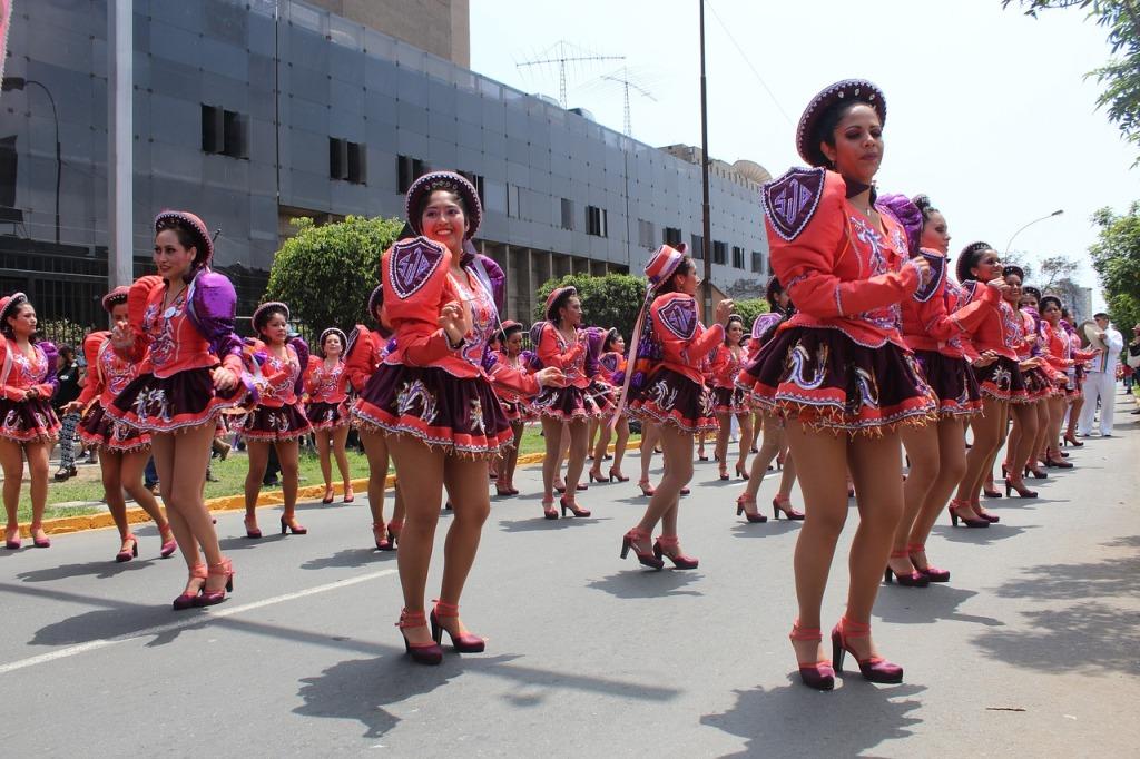 "Danseuses de ""Saya-Caporales"" dans les rues de Lima."