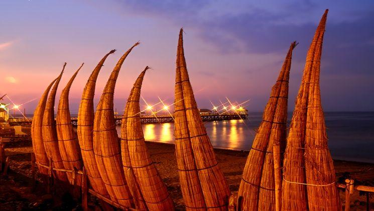 """""""Caballitos de Totora"""", barques de pêcheurs sur la plage."""