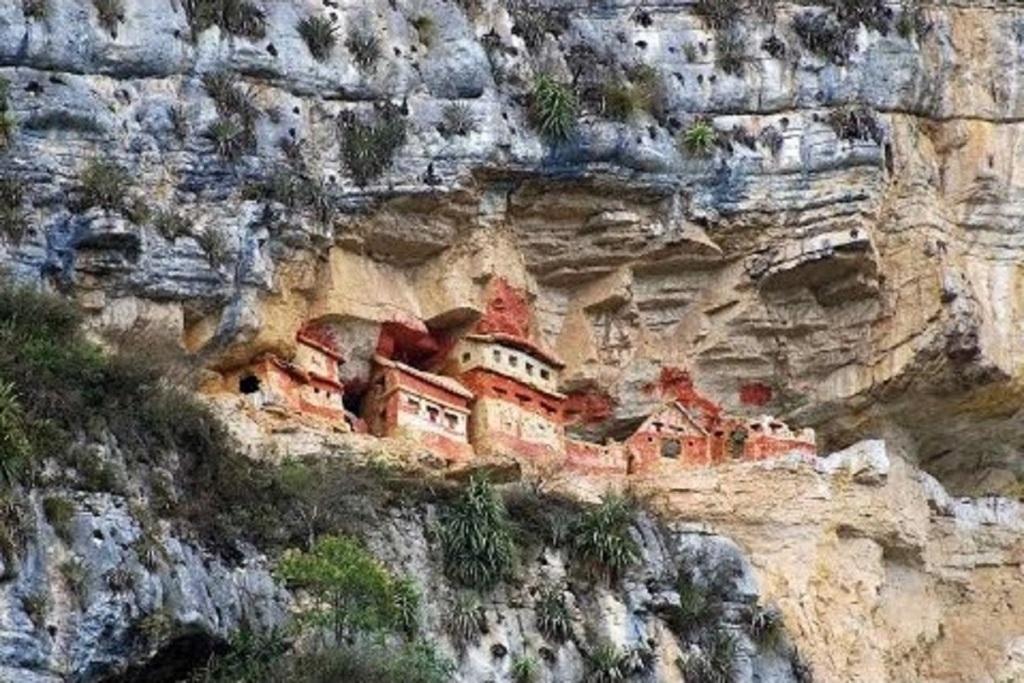Les mausolées de Revash, culture Chachapoyas.