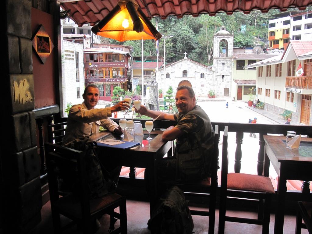 """Thierry Jamin et Alain dégustant """"un"""" bon Pisco Sour dans la chaleur moite de Aguas Calientes (Machu Picchu village) Crédit photo : ©Alain Bonnet / Jungle Doc Productions"""