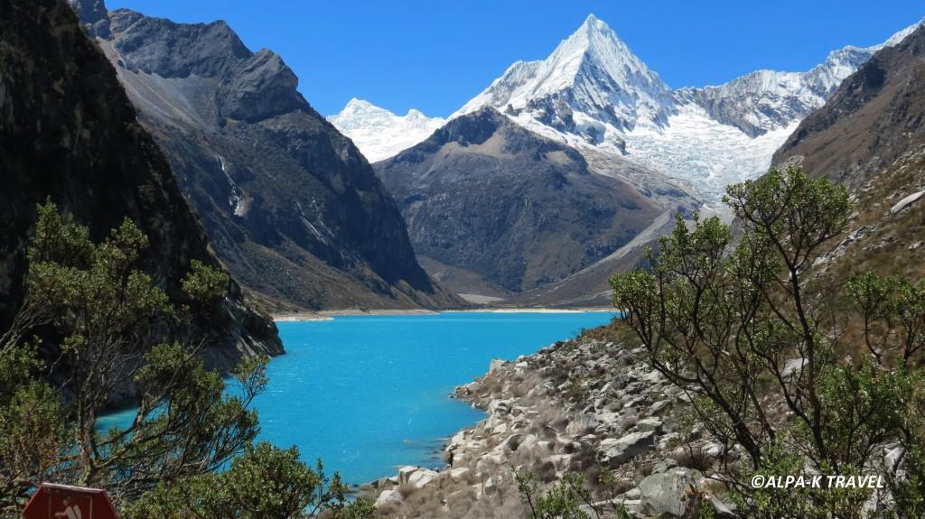 """Lac Paron et vue sur le sommet  """" la pyramide de Garcilaso """" . Trek Pérou"""