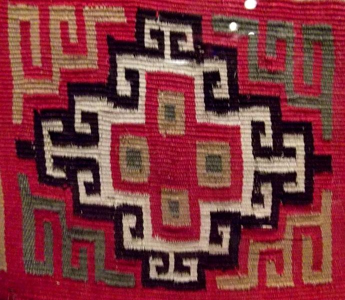 Chacana stylisée sur un textile Inca