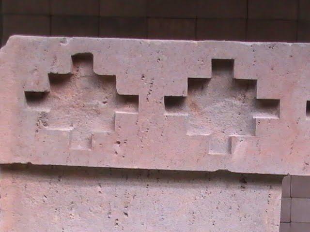 Chacana taillée dans la pierre, Puma Punku, culture Tiahuanaco, Bolivie