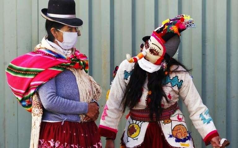 """Des """"kusillos"""", bouffons traditionnels, encouragent la population au respect du confinement contre le Covid-19, le 15 mai 2020 à Puno, au Pérou. AFP - Crédit: Carlos MAMANI"""